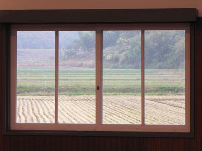 窓越しの田圃は雨.jpg