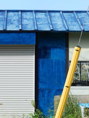 青い屋根と壁.jpg