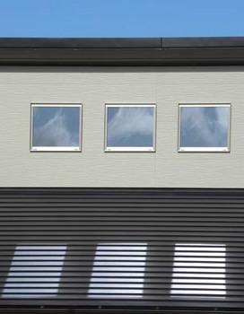 窓に映った雲と屋根に映った窓.jpg